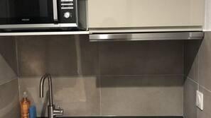 Kühlschrank, Mikrowelle, Herd, Wasserkocher