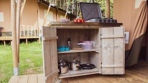 Kühlschrank, Herd, Wasserkocher mit Kaffee-/Teezubehör, Wasserkocher