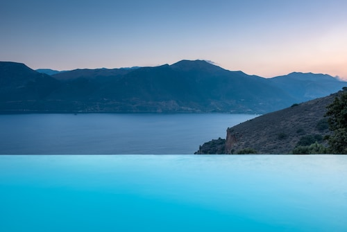 Self-catering Luxury Stone Holiday Villa With Infinity Pool and Panoramic View