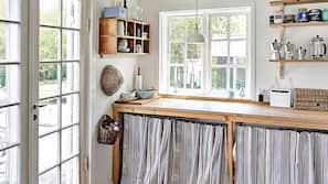 Jääkaappi, mikroaaltouuni, liesi, kahvin-/teenkeitin