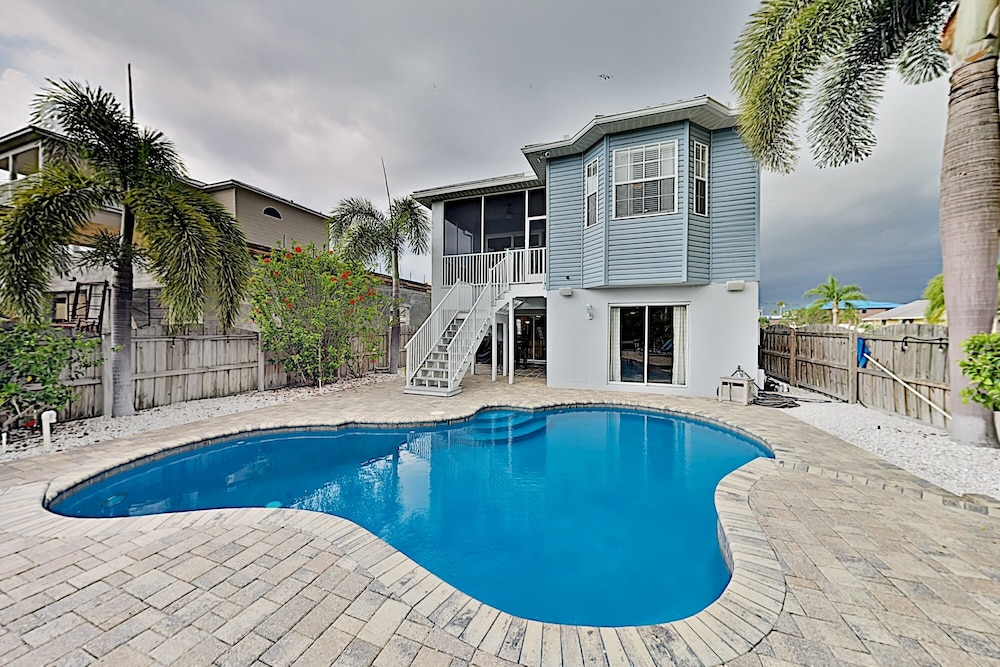 Pool, Immaculate Canal W/ Pool, Dock & Game Lounge 4 Bedroom Home