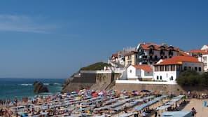 Beach nearby, white sand, 10 beach bars