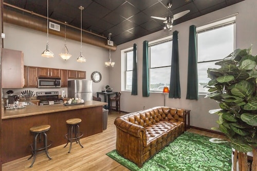 Immaculate Loft w/ Gym! Heart Of Downtown!