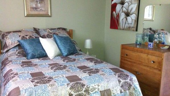 2 chambres, coffres-forts dans les chambres, fer et planche à repasser