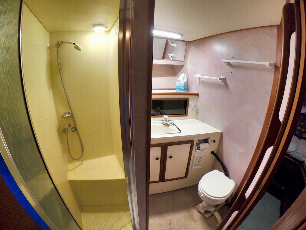 Bathroom, Getawave and Experience Yacht Life