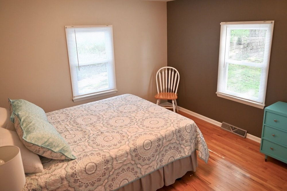 Room, Newly Renovated Country Cottage, 2.5 Miles From Shipshewana, Relaxing Fountain