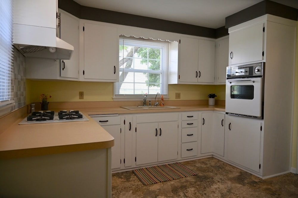 Private Kitchen, Newly Renovated Country Cottage, 2.5 Miles From Shipshewana, Relaxing Fountain