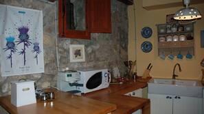 Kylskåp, mikrovågsugn, ugn och kaffe- och tebryggare