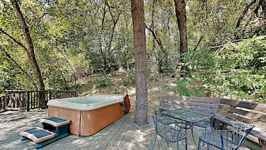 Choice Getaway With Hot Tub - Near Wineries, Dining - 2 Bedroom Home
