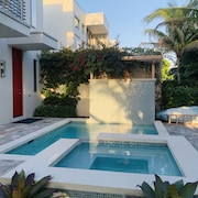 Luxury ! 1 min Walk to Beach Private Pool and Spa