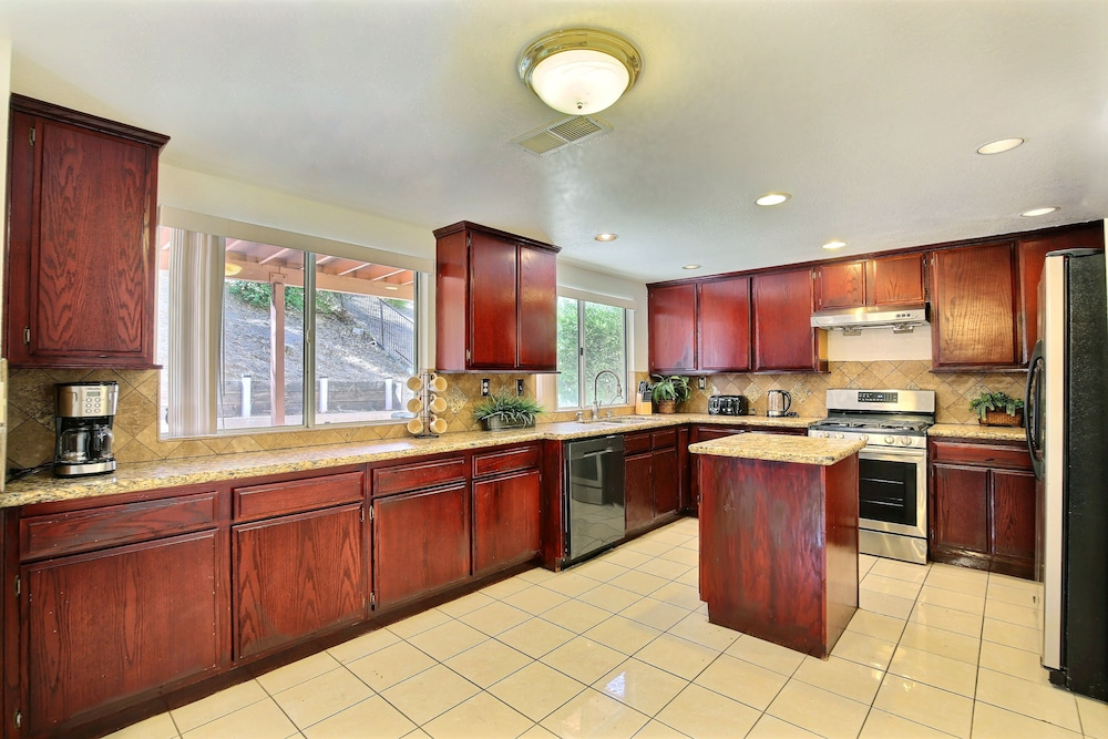 Private Kitchen, Close to Route 15, Beautiful 2500 Sqf 4 BR House Near Lake