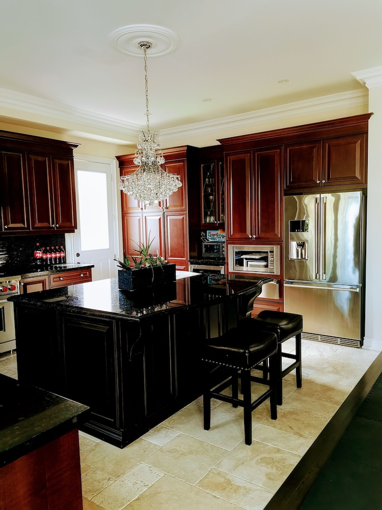 Private Kitchen, Luxurious Getaway Close to the City