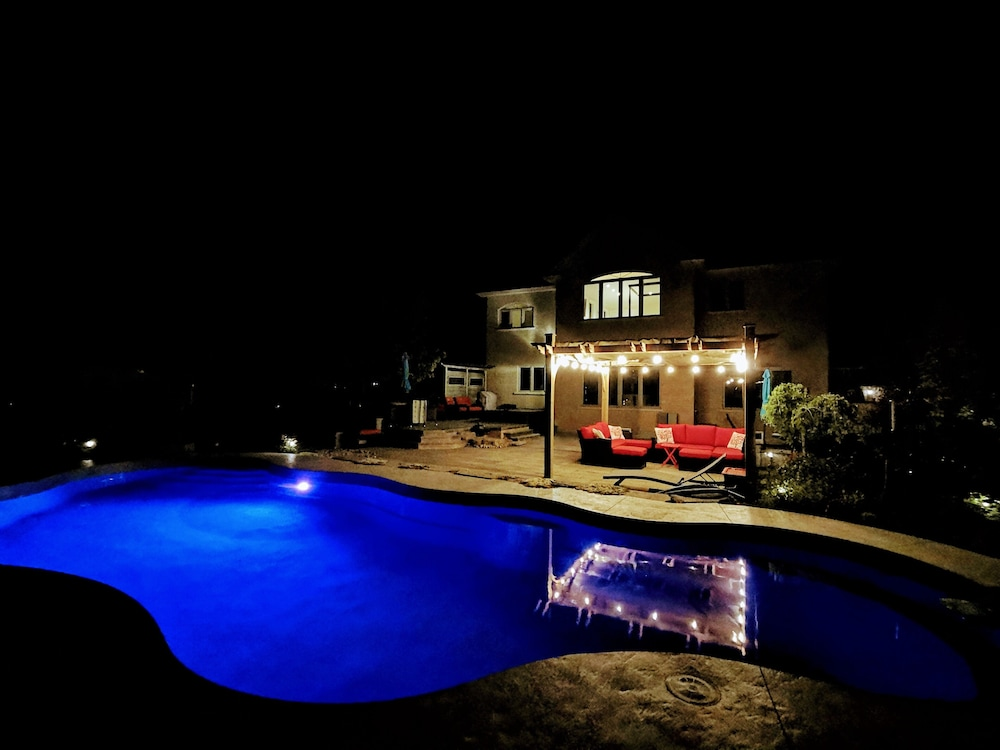 Pool, Luxurious Getaway Close to the City