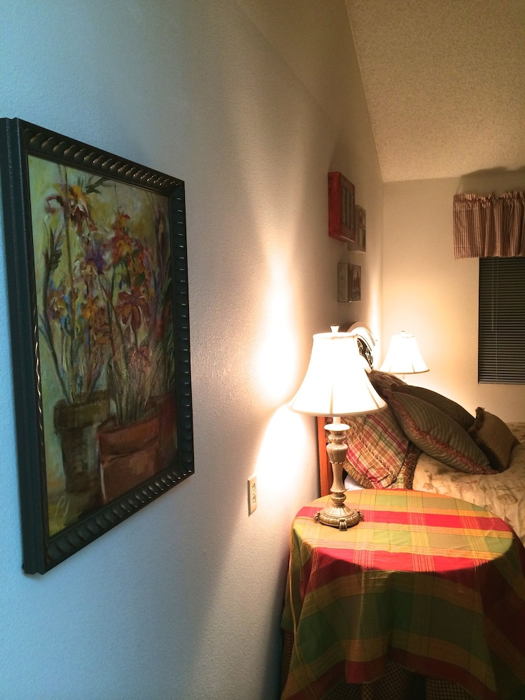 Room, Artist's Loft Near Historic Downtown Prescott