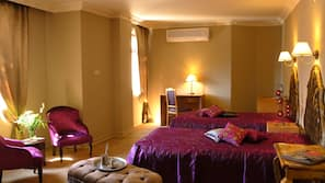 Premium bedding, desk, laptop workspace, free cribs/infant beds