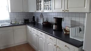 Kühlschrank, Ofen, Wasserkocher mit Kaffee-/Teezubehör, Toaster