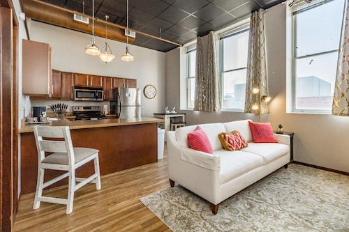 Stylish/elegant Loft In Historic Downtown Icon!