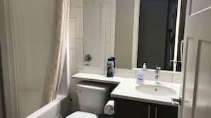 Combined shower/tub, rainfall showerhead, free toiletries, towels