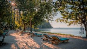 หาดส่วนตัว, เก้าอี้อาบแดด, ผ้าเช็ดตัวชายหาด, นวดบนชายหาด