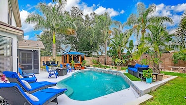 Urban Oasis W/hot Tub, Heated Pool And Private Movie Theater 2 Bedroom Home