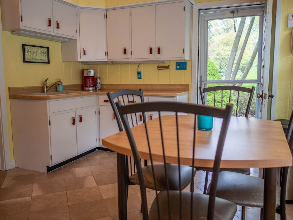 Private Kitchen, Beautiful Lauderdale Lakefront Retreat