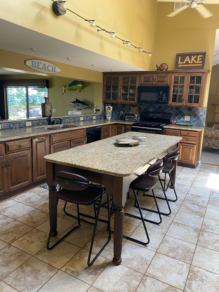Private Kitchen, Perfect Fall Weekend Getaway Waterfront Home