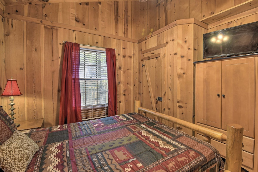 Room, Sweet Tea Hideaway w/ Fireplace, Trails + Angling!