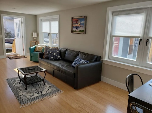 Bright and Private, Near Beaches, Uri, Newport, Train Station