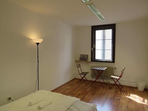 Artsy Suite - 4min to Train Station L8 Street