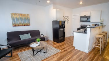 Downtown Remodeled Cozy 2br/1ba Home Sleeps 8