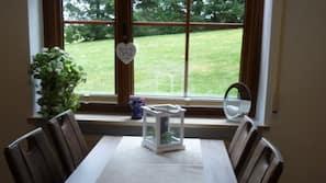 Kühlschrank, Herd, Wasserkocher mit Kaffee-/Teezubehör, Toaster