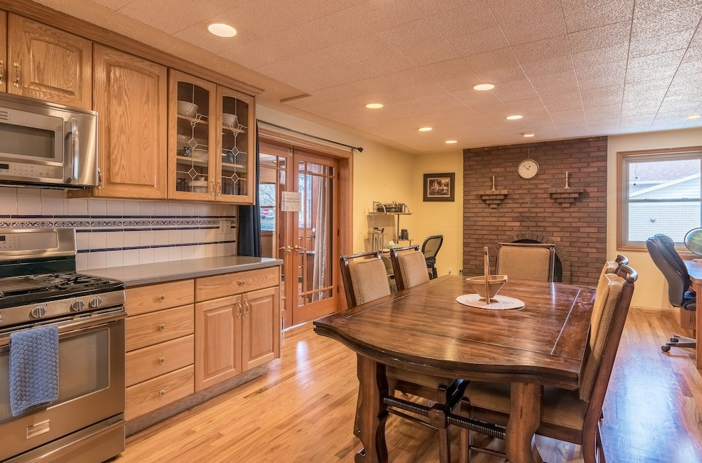 Private Kitchen, Suburban Retreat at the Foot of the Rockies: Sleeps 22+