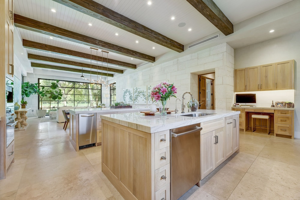 Private Kitchen, Grand Lakefront : Pool, Spa, Dock & Kayaks 5 Bedroom Home