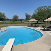 Newly Remodeled in Pistakee Bay on the Chain O' Lakes