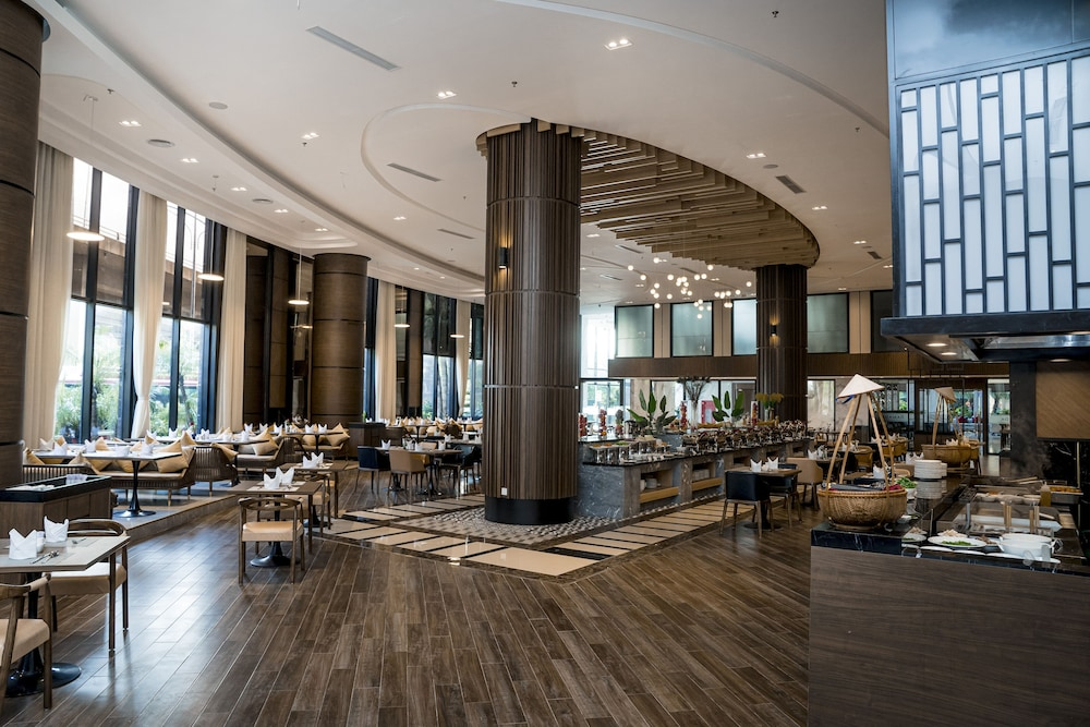 Restaurant, Ramada Hotel & Suites by Wyndham Halong Bay View