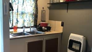 Geladeira, micro-ondas, talheres/pratos/utensílios de cozinha