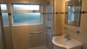 Combined shower/bathtub, towels
