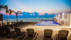 Una piscina al aire libre (de 9:00 a 22:00), tumbonas