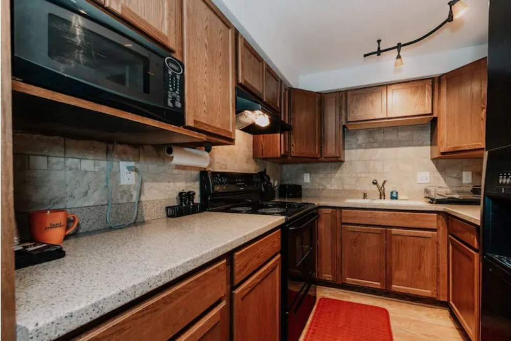 Private Kitchen, 2BR Apt & Hotel Amenities for an Epic Stay!