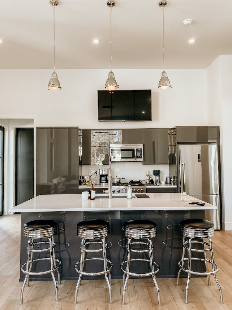 Private Kitchen, NEW Luxury Executive Suite Located in the Heart of the City!
