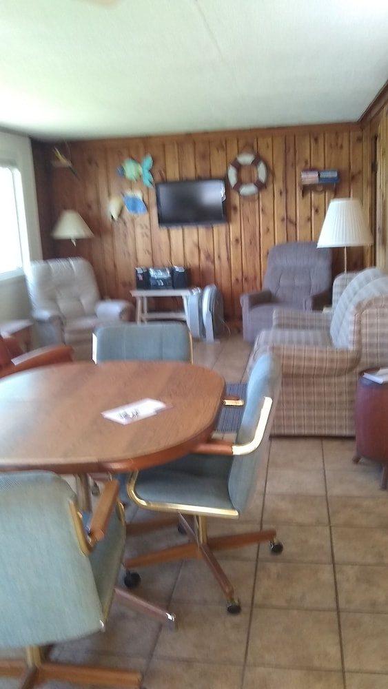 Private Kitchen, Direct Lakefront 3 Bedroom Cottage