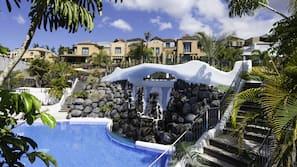 2 piscinas al aire libre (de 10:00 a 18:00), sombrillas, tumbonas