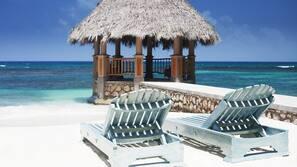 Plage privée, chaises longues, serviettes de plage