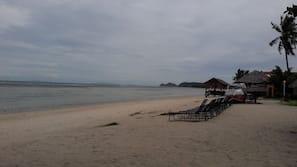 Trên bãi biển, khăn tắm biển, quán bar trên bãi biển, câu cá