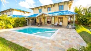 6 outdoor pools, free cabanas, sun loungers