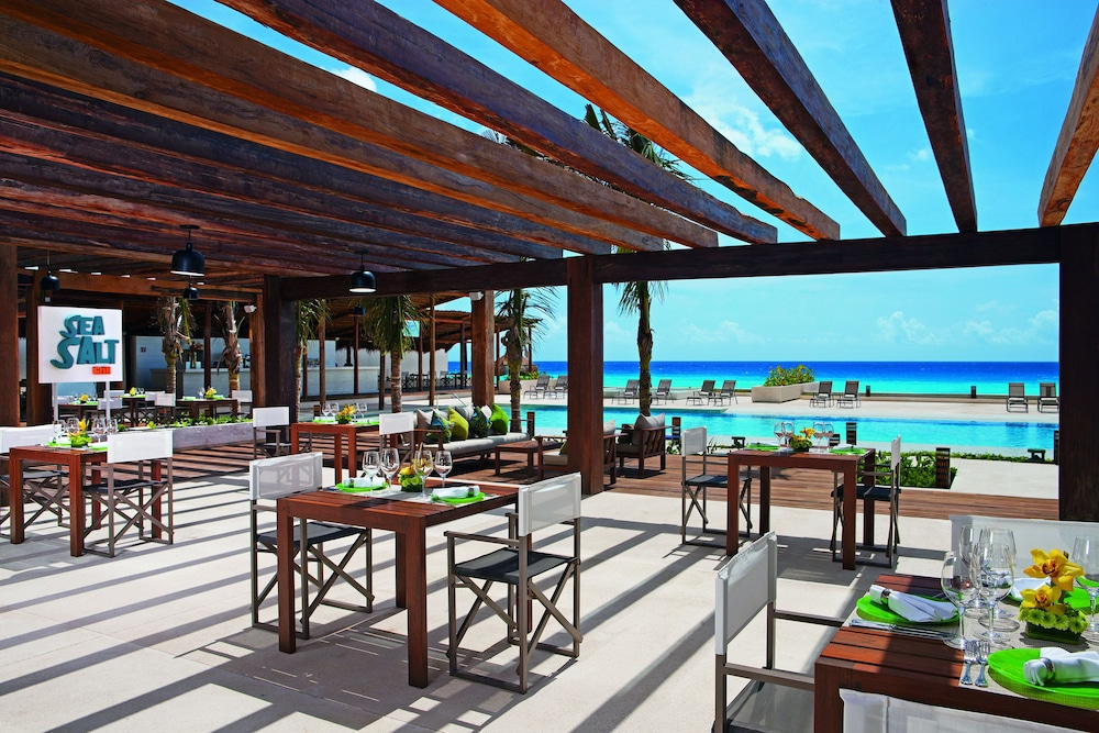 Outdoor Dining, Secrets The Vine Cancun