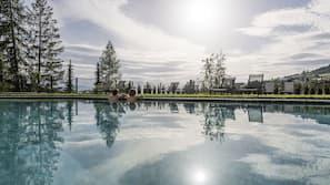 Piscine couverte, 2 piscines extérieures, chaises longues