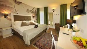 Una cassaforte in camera, una scrivania, culle/letti per bambini