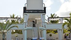 12 outdoor pools, free cabanas, pool umbrellas
