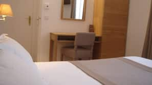Bureau, rideaux occultants, fer et planche à repasser sur demande